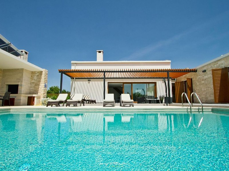 Modern villa with infinity pool in Central Istria, holiday rental in Zabrezani