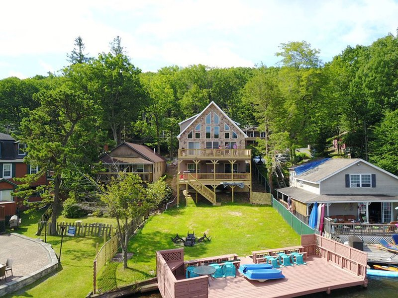 Lakefront Property Private 37 Ft Dock Fire Pit Steps To Bars/Rest. WIFI BBQ, holiday rental in Lake Harmony