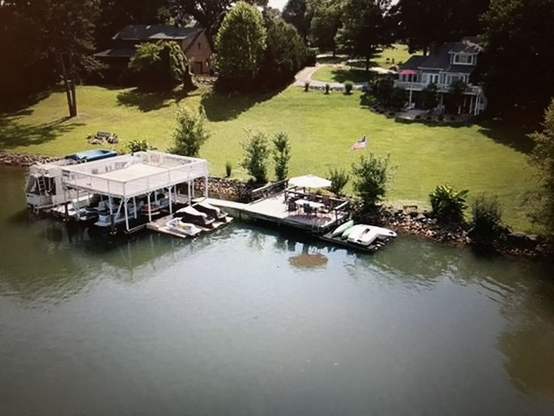Lake Norman - Prime Lake Front Property, Family Friendly, 4 bedrooms, 3.5 baths, vacation rental in Mooresville