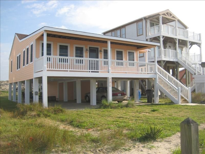 Classic Oceanfront Home; Beautiful Views & Cozy Setting, alquiler de vacaciones en Holden Beach