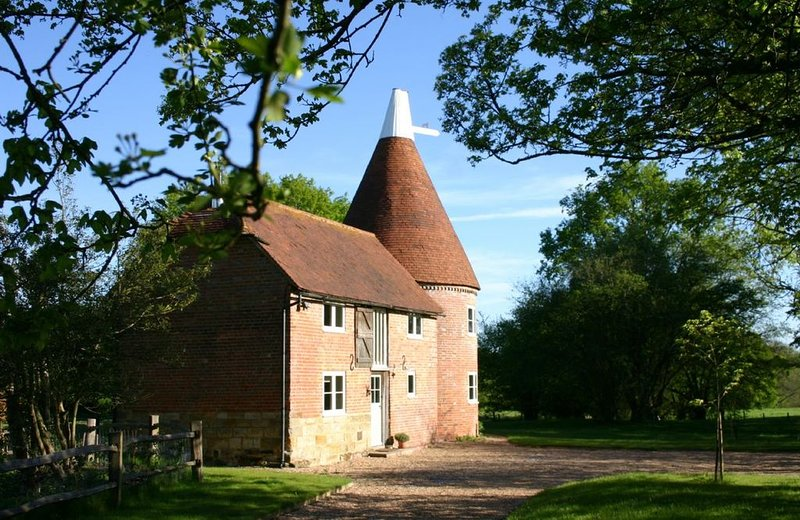 A beautiful detached oast housewithin easy reach of local amenities just outside, holiday rental in Goudhurst