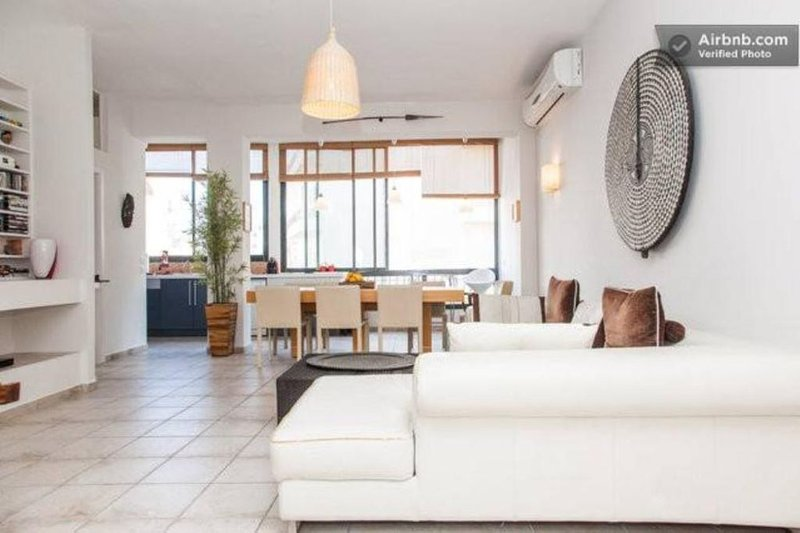 Appartement spacieux et lumineux, zone résidentielle fleurie, plage Yerushalaim, vacation rental in Tel Aviv
