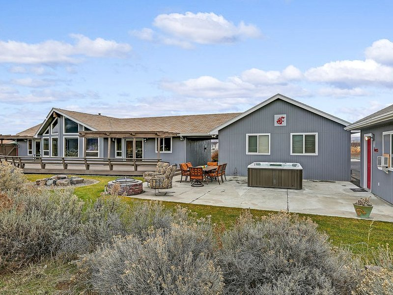 Play Golf, See a Concert, or Just Relax by the River, holiday rental in Vantage