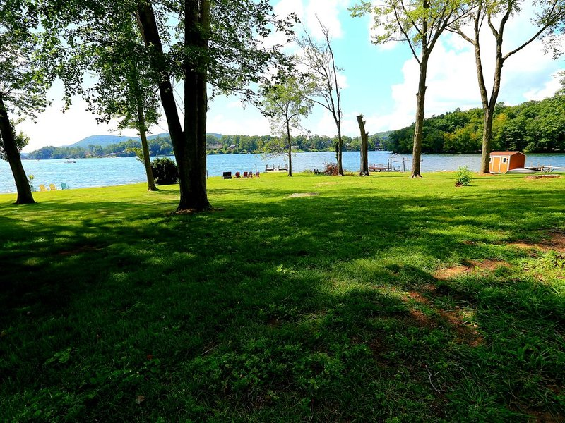 Level, direct lakefront, expansive western views, beach on Candlewood Lake, location de vacances à North Salem