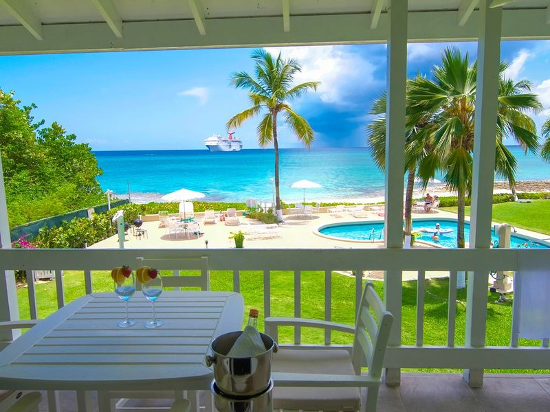 NEWLY RENOVATED 7 MILE BEACHFRONT W/ SUNSET VIEW! NEAR EVERYTHING !, vakantiewoning in George Town