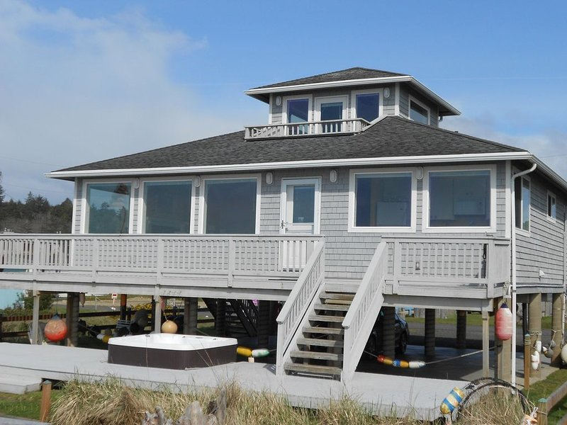 OCEANFRONT, MOCLIPS 'EAGLE'S NEST'. HOT TUB, AMAZING VIEWS!, holiday rental in Moclips