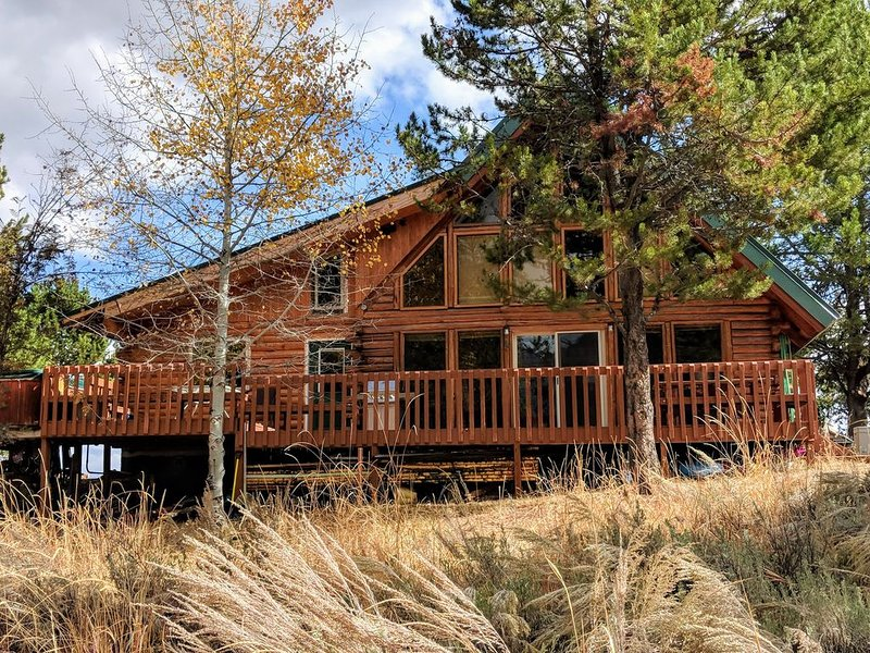 Mountain Cabin w/ Hot Tub & Views - Memory Maker!, alquiler vacacional en Donnelly