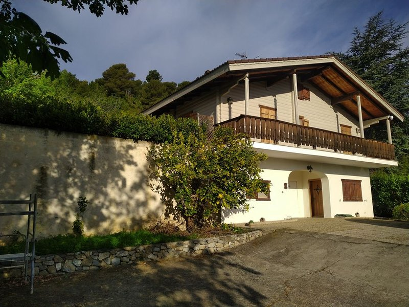 Fantastisch huis met privé zwembad op 5 km van zee, holiday rental in Vallecrosia