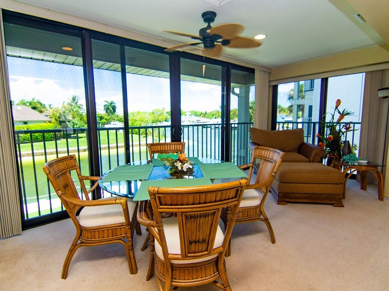 RARE One Bedroom Dolphins, Manatee, Fishing, 5 minute walk to the Beach., vacation rental in Sanibel