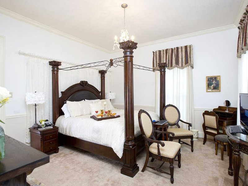 Historic Sion Bass House, Private Guest Suite w/ 2 Person Jacuzzi Tub, location de vacances à Fort Wayne