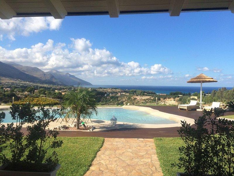 Villa panoramica con lussuosa piscina privata, terrazzo e vista mare, vacation rental in Castellammare del Golfo