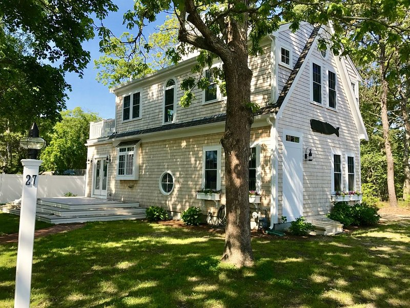 Barefoot Walk to Beaches - Central AC • Free Wifi•Walk Everywhere, holiday rental in Hyannis