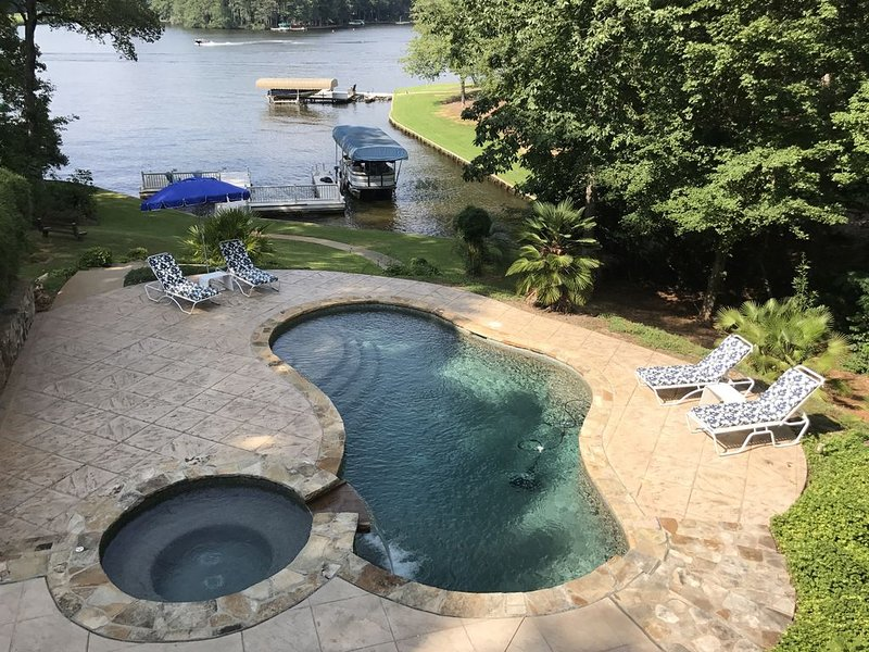 Adorable lakeside oasis on Lake Oconee with private pool and full size dock., vacation rental in Eatonton