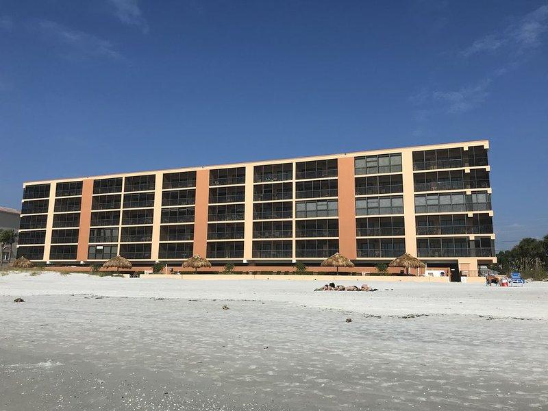 *Extra Clean* Newly Renovated Beachfront Three Bedroom Condo Madeira Beach, location de vacances à Madeira Beach