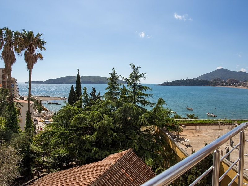 One bedroom apartment with sea view 'Lumiere', casa vacanza a Rafailovici