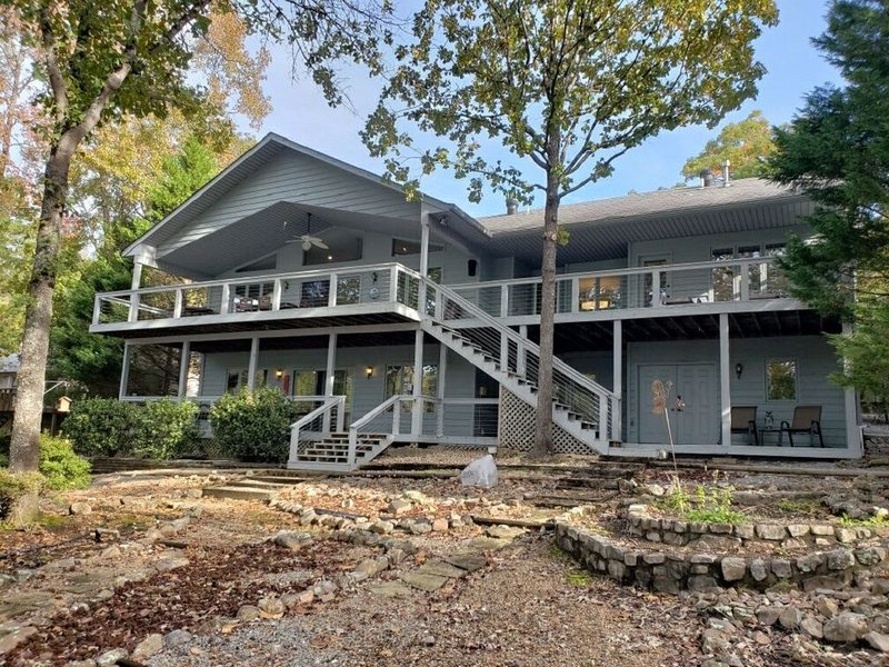 Beautiful Updated Lakefront Home Located On Lake Pineda, vacation rental in Hot Springs Village