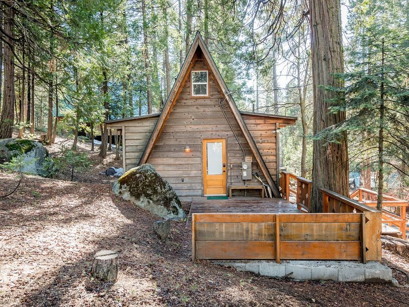 Cozy, renovated A-frame cabin with two decks & wood stove - walk to town!, vacation rental in Shaver Lake