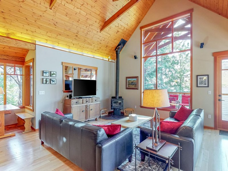 Modern lakefront cabin w/ dock and 180 feet of pristine waterfront! – semesterbostad i Chelan