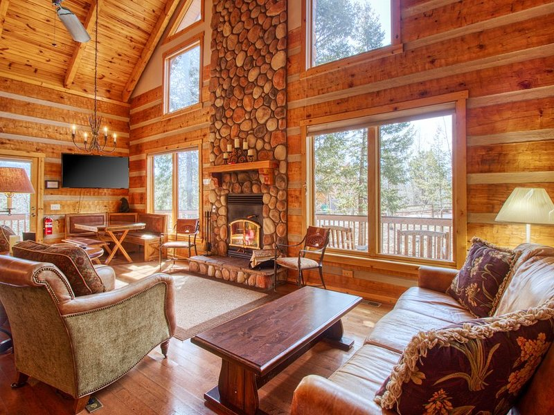 Log cabin in the heart of Woodland Park - Brand new hot tub & private sauna, alquiler de vacaciones en Woodland Park