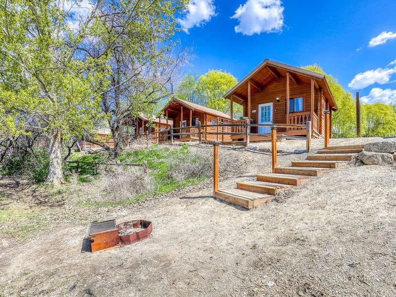 Charming lake cabin w/ A/C, baseboard heat, & private BBQ!, holiday rental in Electric City