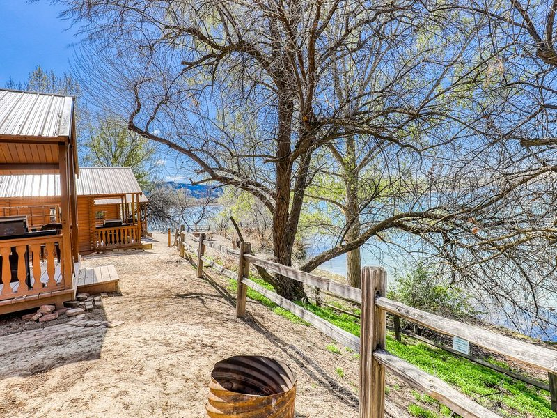 Get away from it all at this charming, dry cabin - just steps from the lake!, holiday rental in Electric City