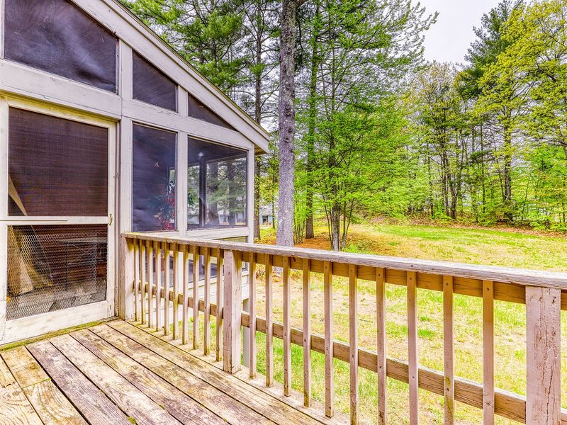 Spacious townhome with a deck, fireplace, and a shared pool!, location de vacances à Fryeburg