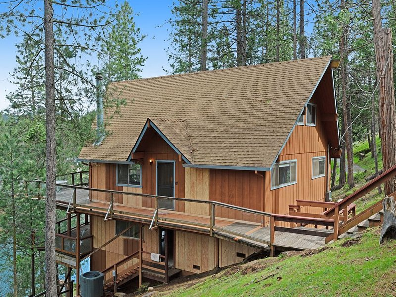 Lakefront home w/ private dock, kayaks, deck & pool table!, holiday rental in Dogtown