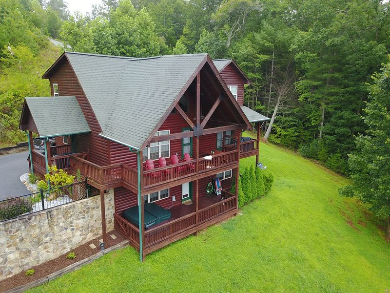 Big Sky. Beautiful Upscale cabin with mountain views, pool table and hot tub., location de vacances à Blairsville