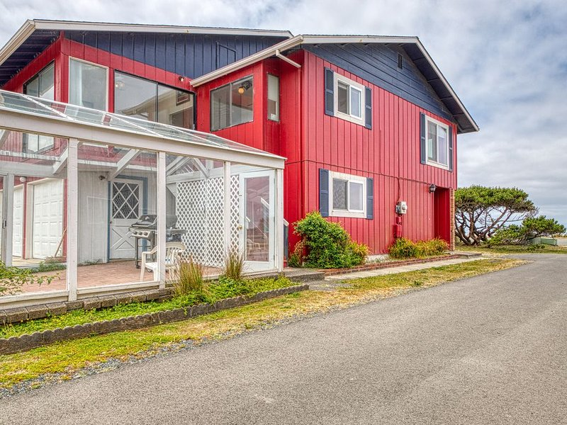Enjoy sweeping ocean views as you cook & walk to the beach!, vacation rental in Bandon