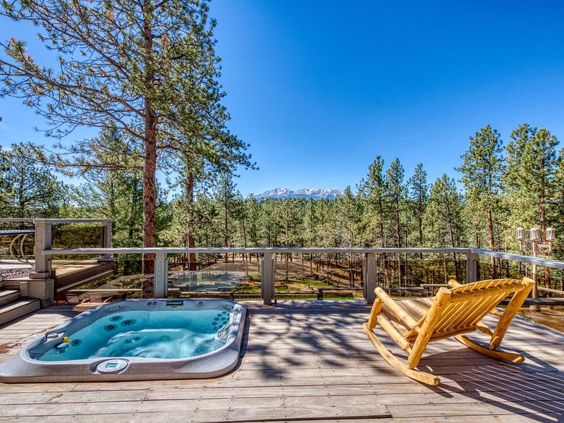 Spacious cabin in the woods w/ a private hot tub, deck, & fireplace, alquiler de vacaciones en Woodland Park