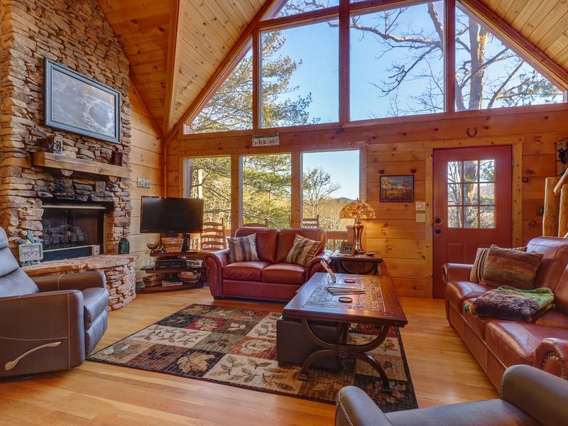 Woodland home with a private hot tub, large deck, and pool table!, holiday rental in Maryville