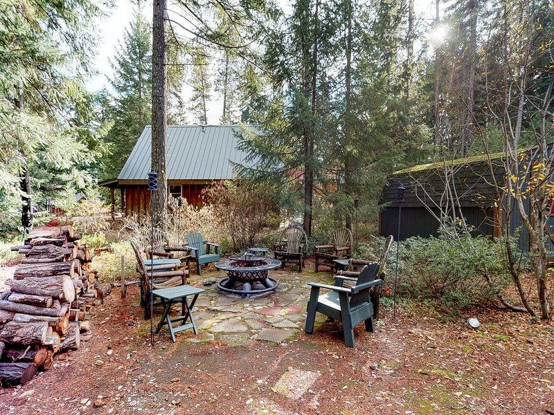 Family-friendly cabin with full kitchen & outdoor firepit!, holiday rental in Easton