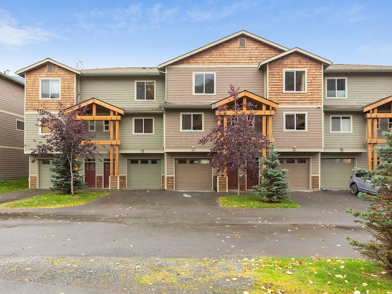 Modern riverfront condo w/ hot tub, entertainment & river views, holiday rental in Girdwood