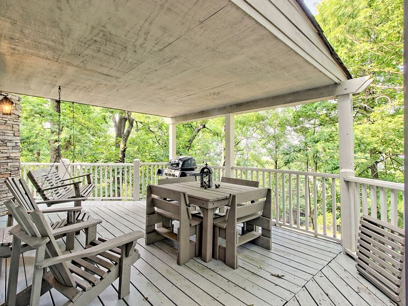 Secluded cabin w/ shared pool & on-site golf/basketball/tennis - dogs OK!, holiday rental in Talking Rock