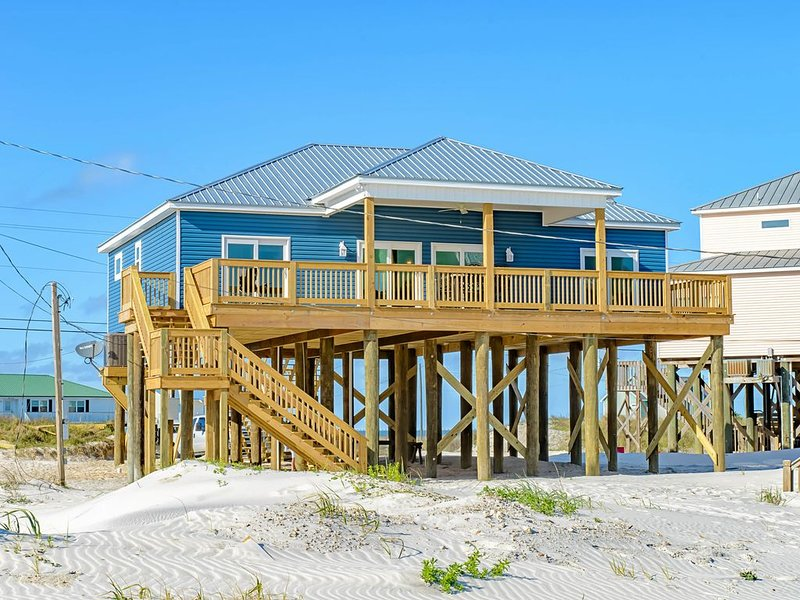 Dog-friendly home w/ spacious sundeck in a great location moments from the beach, alquiler de vacaciones en Fort Morgan
