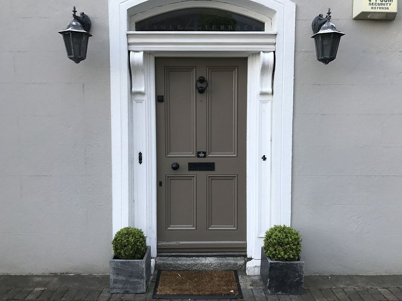 Exceptional terraced villa in the heart of costal heritage town of Dalkey ., vacation rental in Bray