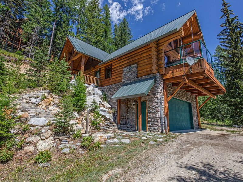 Remodeled log home on Schweitzer Mountain w/ private hot tub - 1/2 mile to lifts, aluguéis de temporada em Sandpoint