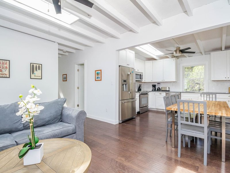 Dog-friendly home w/ new kitchen & bathrooms with high end finishes, location de vacances à Ocean Beach