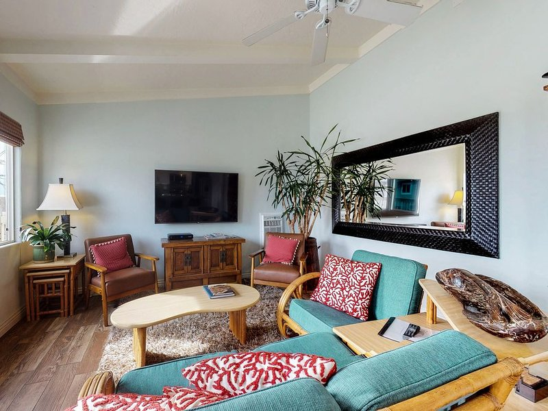 Upper level apartment w/ deck, grill & partial ocean view!, vacation rental in Dana Point