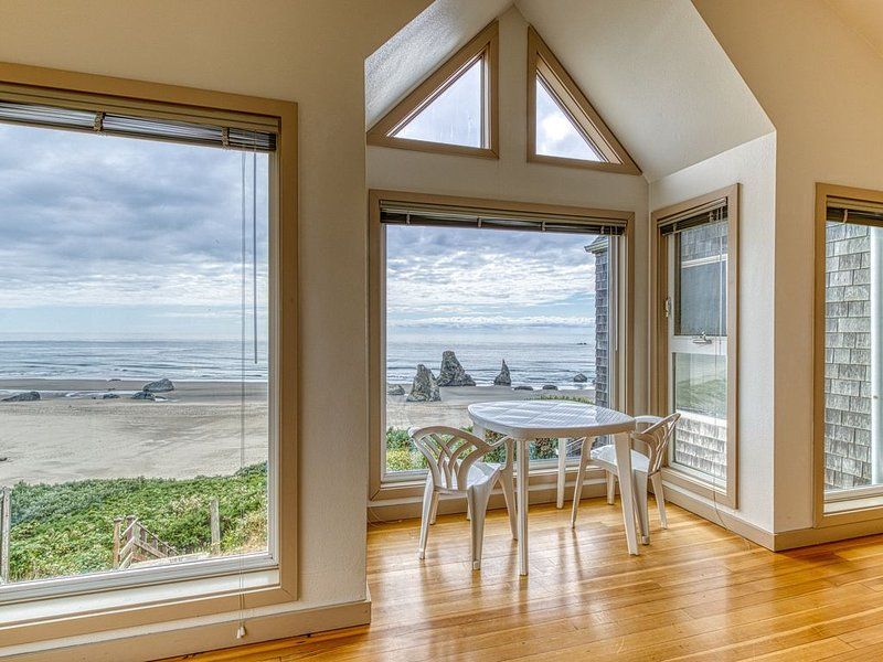 Oceanfront condo w/ lovely views, deck & direct beach access! Dogs OK!, holiday rental in Langlois
