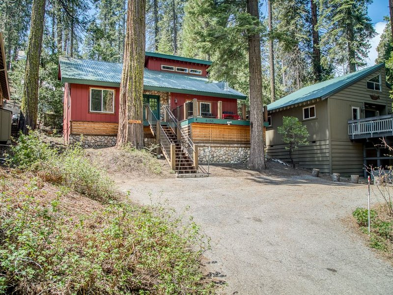 NEW LISTING! Beautiful Alpine cabin w/ wood stove - close to the village & lake, holiday rental in Auberry
