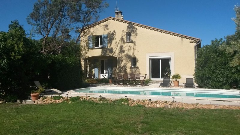 Proche Avignon, Maison au calme avec jardin et piscine, casa vacanza a Entraigues-sur-la-Sorgue