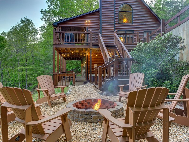 Beautiful mountainside cabin w/ hot tub, pool table, 3 decks & great views!, vacation rental in Epworth