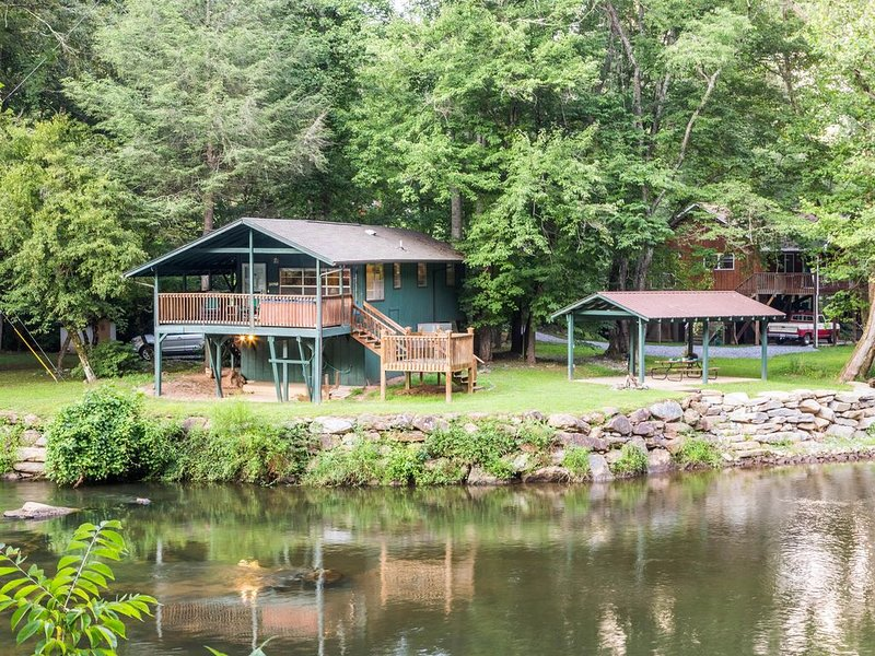 Cottage on the Tuckasegee River w/ hot tub, firepit & covered picnic area, holiday rental in Webster