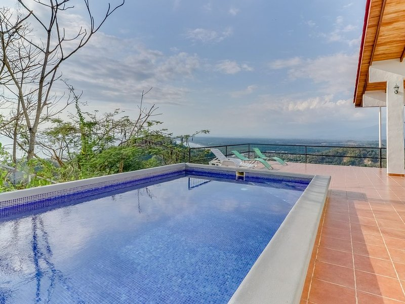 Hilltop home w/ pool, wrap-around deck & amazing ocean view - near beaches!, holiday rental in Quepos