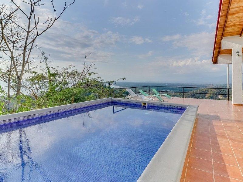 Hilltop home w/ pool, wrap-around deck & amazing ocean view - near beaches!, location de vacances à Quepos