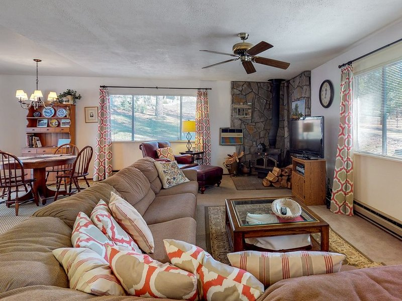 Rustic, dog-friendly getaway w/ a shared pool, tennis, & nearby beach access, holiday rental in Dogtown
