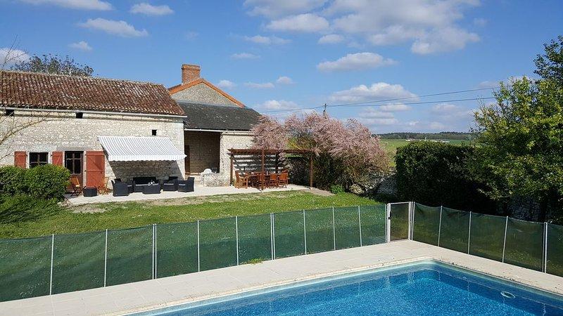 Spacious Farmhouse with Private Pool, location de vacances à Ingrandes