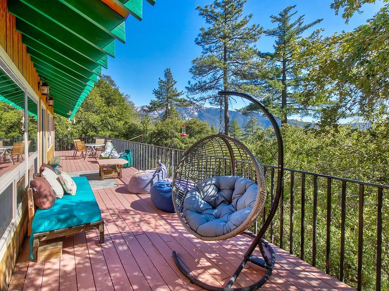 Gorgeous mountain view home w/ a large furnished deck & BBQ, alquiler de vacaciones en Idyllwild