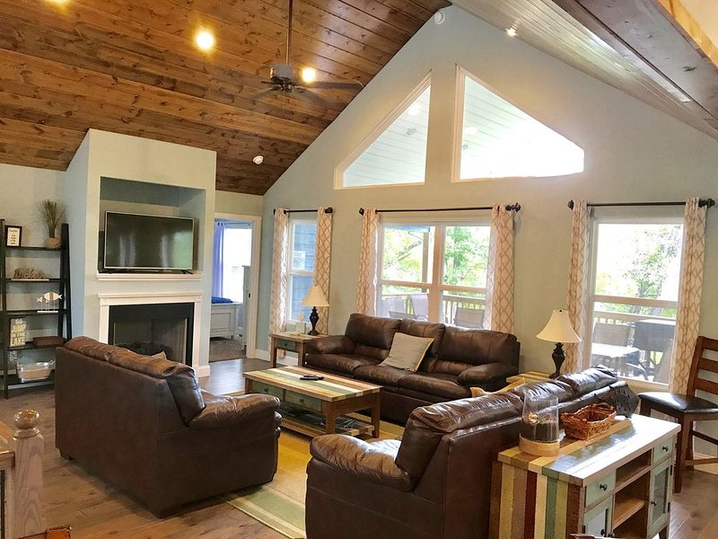 Escape to the Lake!☀️Book a Winter getaway! 2021 Dates Avail, 6BR/5BA,Dock/Slide, vacation rental in La Follette